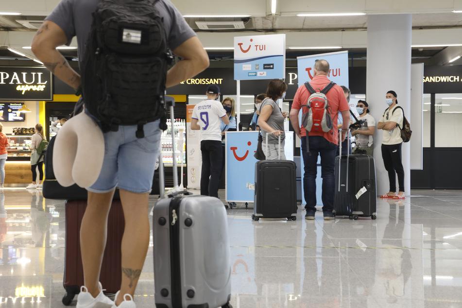 Reisende am Flughafen von Palme de Mallorca.