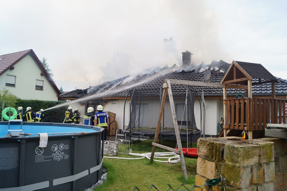 Auf dieser Terrasse hat der Hauseigentümer gesessen, als der Brand in der Garage ausgebrochen ist. Er wurde glücklicherweise nicht verletzt.