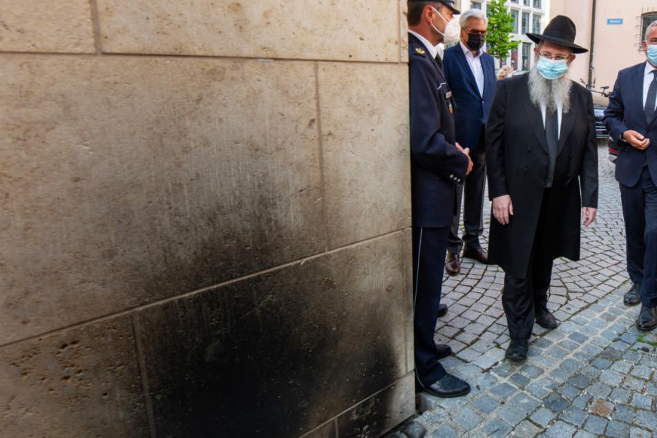 Innenminister Thomas Strobl (CDU, r.) geht mit Rabbiner Shneur Trebnik (2. v.l.) zur Synagoge. Auf die Synagoge wurde am 29. Mai diesen Jahres ein Brandanschlag verübt.