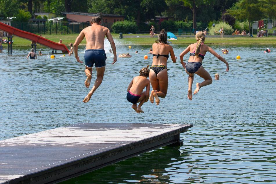Rein ins kühle Nass! Auch das Naturbad Mockritz empfängt übers Wochenende wieder Gäste.