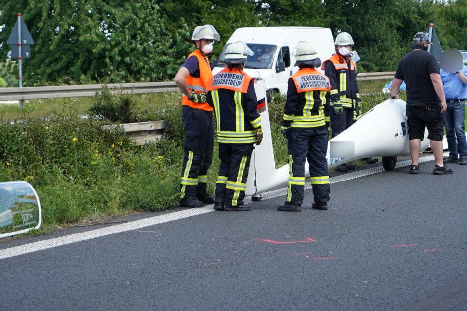 Segelflugzeug legt Notlandung auf Bundesstraße hin: Pilot schwer verletzt
