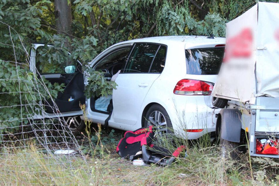 Ein Kindersitz liegt vor einem der Unfallautos.