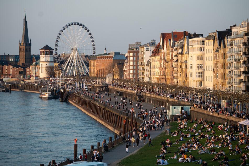 Die Düsseldorfer treffen sich gerne am Rhein. Doch schon ab Dienstag sollen wieder schärfere Auflagen gelten.