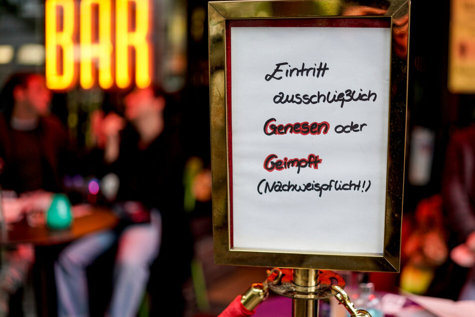 In Hamburg weist ein Schild vor einer Bar darauf hin, dass nur genesene oder geimpfte Gäste eintreten dürfen. Die sogenannte 2G-Regel könnte bald auch in Baden-Württemberg um sich greifen.