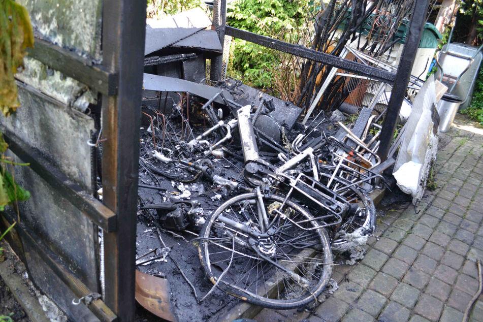 Nach dem Brand blieben an der Unglücksstelle jede Menge Ruß und Asche übrig.