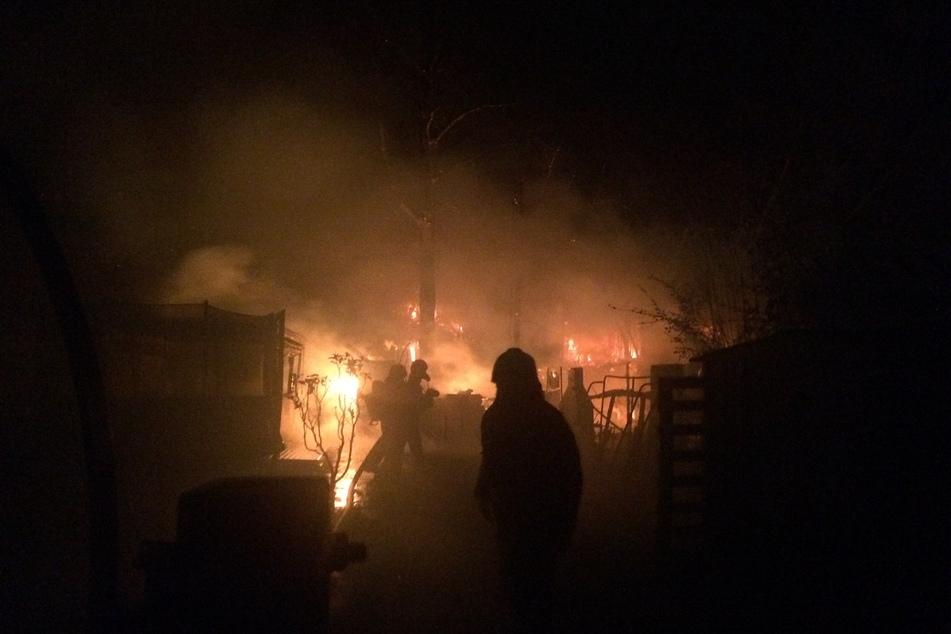 In einer Kleingartenanlage in Hattingen standen mehrere Lauben in Flammen.