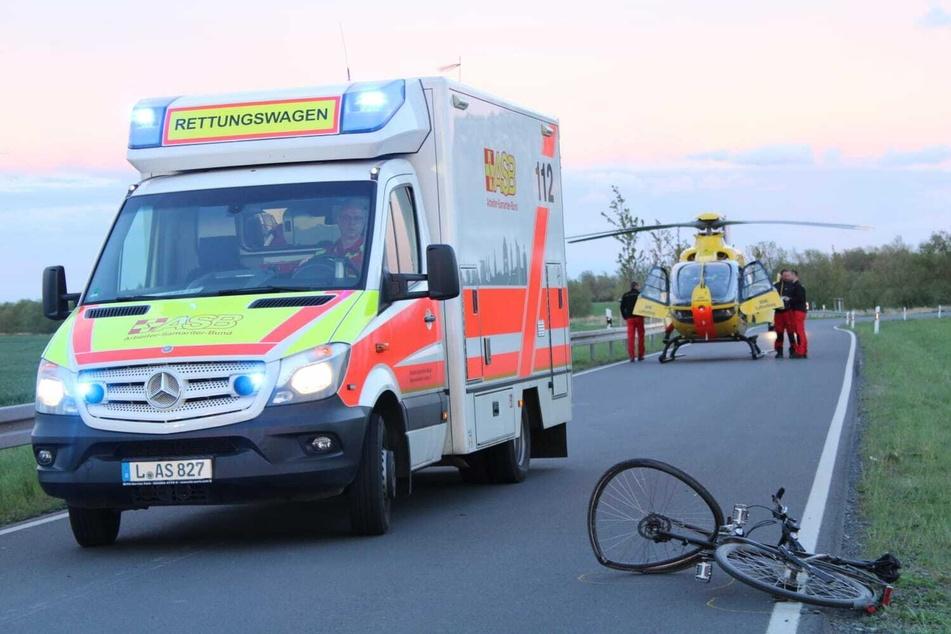Motorrad stößt mit Fahrrad zusammen: Zwei Schwerverletzte