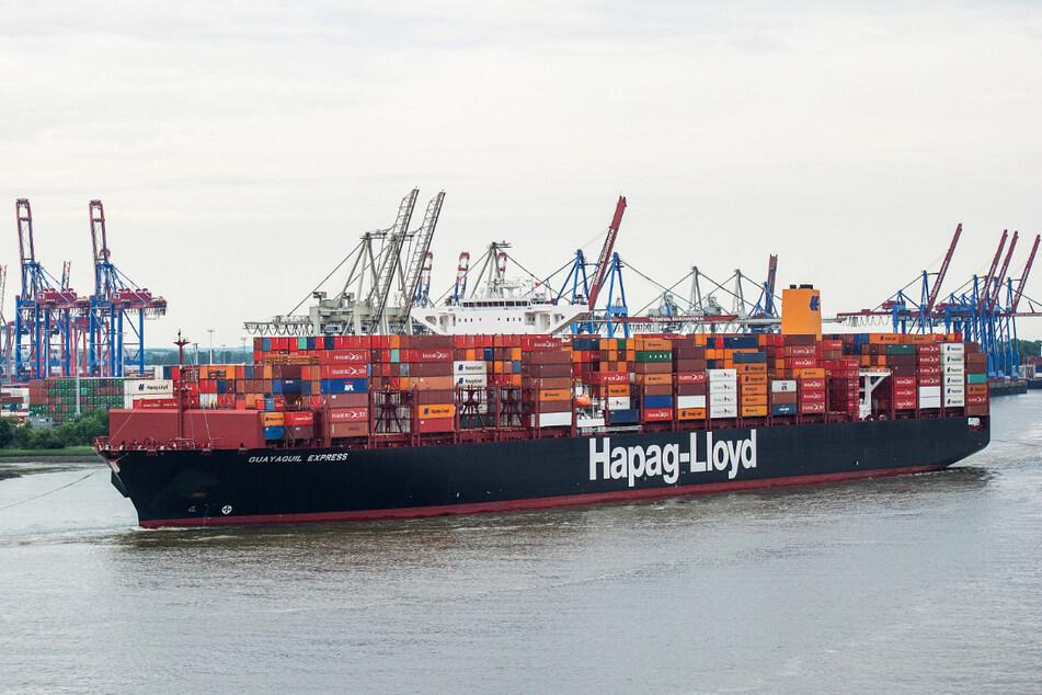 """Das Hapag-Lloyd-Containerschiff """"Guayaquil Express"""" fährt in den Hamburger Hafen ein."""