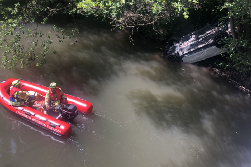 Auto landet im Fluss: Feuerwehr rettet verletzten Fahrer und Beifahrerin