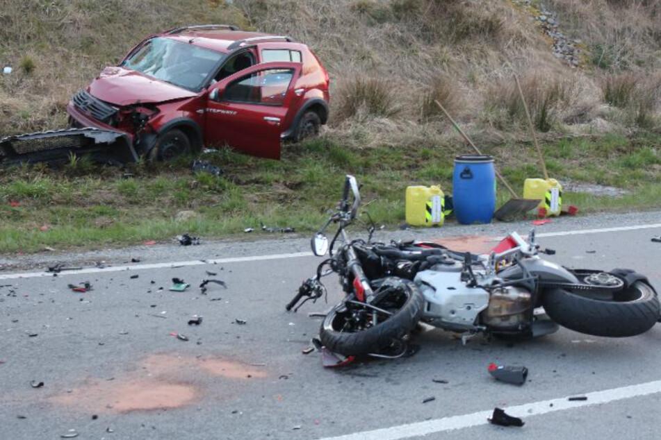 Tödlicher Unfall: Auto schleudert auf Gegenfahrbahn, Motorradfahrer stirbt