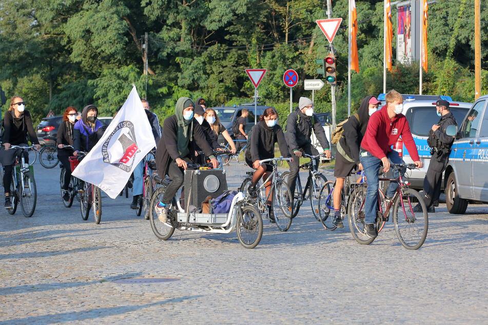 Rund 20 Demonstranten kamen auf Fahrrädern zum Gericht.