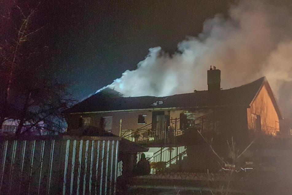 Das Haus steht in Flammen.