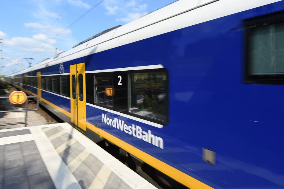 Vier und sechs Jahre alte Jungen steigen in Zug und fahren ohne Mutter los