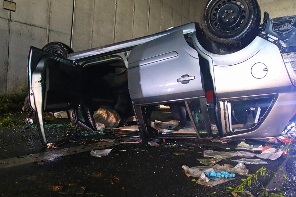 Der 36-jährige Autofahrer überlebte den Unfall, musste aber verletzt in eine Klinik gebracht werden.