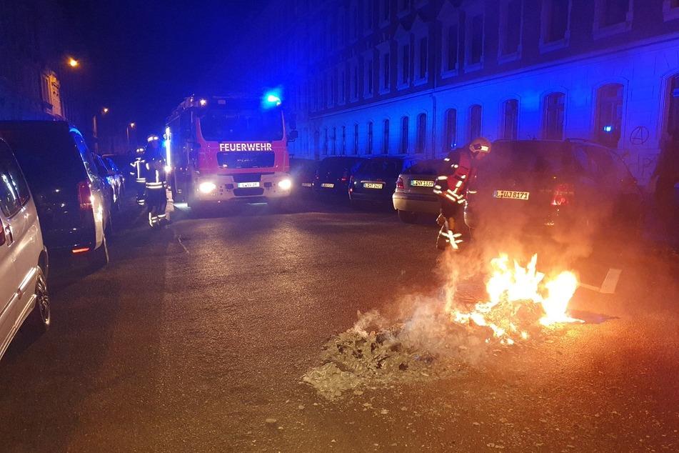 Auch nach Mitternacht wurden noch Barrikaden in Connewitz errichtet und erneut angezündet. Die Feuerwehr musste eingreifen.