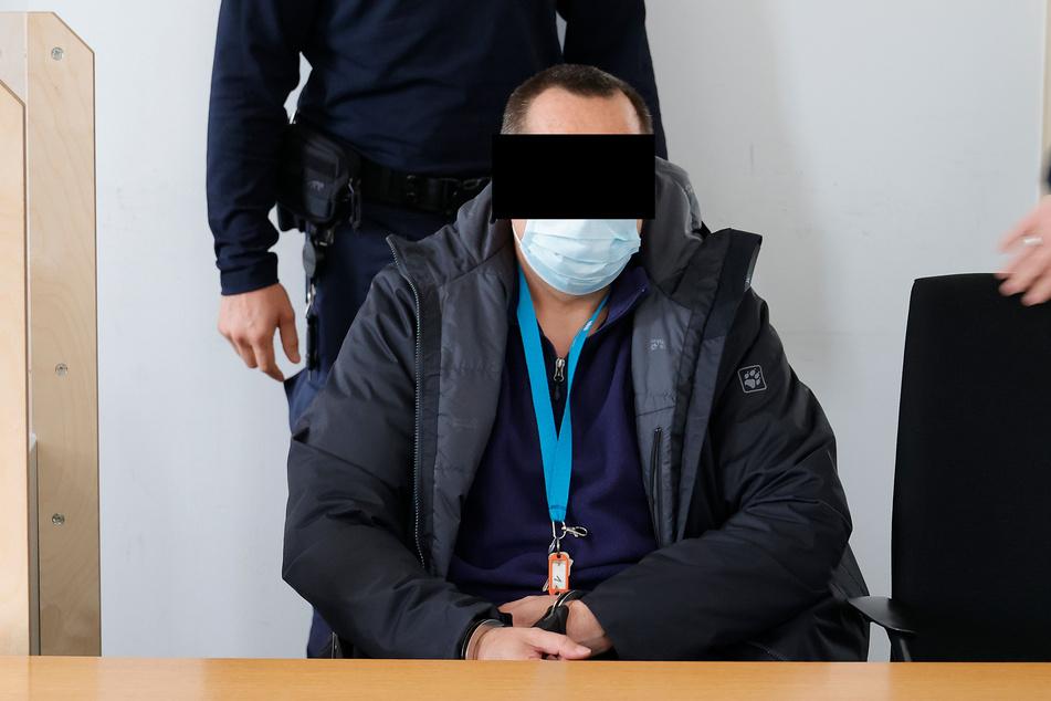 Hans G. (54) wird von Betreuern in den Sitzungssaal des Landgerichts begleitet.