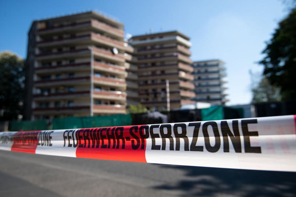 Das abgesperrte Hochhaus-Areal in Grevenbroich. In den Häusern leben 377 Menschen.