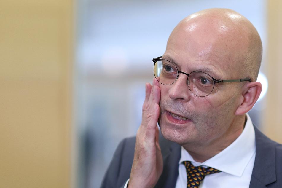 Ärger für Halles Stadtoberhaupt: Bernd Wiegand (63, parteilos) räumte am Samstag ein, dass er und zehn Stadträte bereits eine Impfung gegen das Coronavirus erhalten haben - entgegen der geltenden Impfverordnung.
