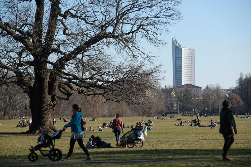 Frühlingseinbruch in Sachsen: In Leipzig zog es die Menschen am Wochenende in die vielen Parks.