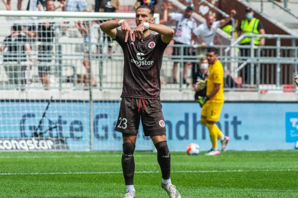 Leart Paqarada (26) jubelt nach seinem Traumtor am ersten Spieltag gegen Holstein Kiel. (Archivbild)