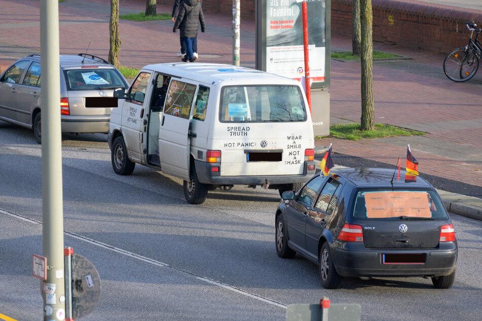 Von St. Pauli aus fuhren dutzende hupende Autos in Richtung Alster.