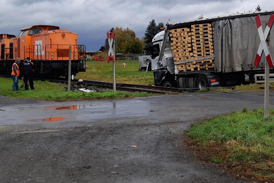Laster kracht an Bahnübergang ungebremst in Zug: Fahrer (62) schwer verletzt