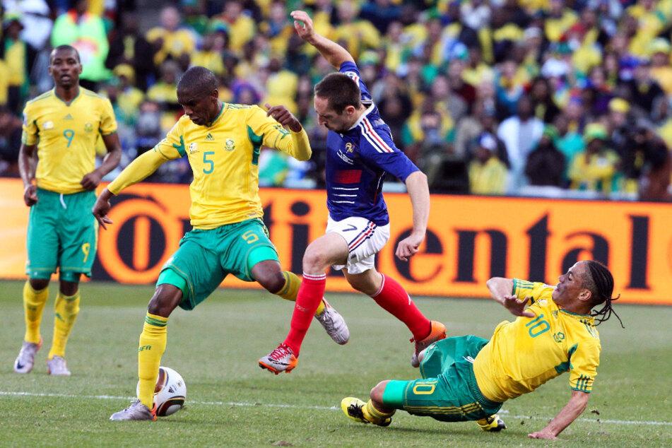 Adele Ngongca (33, 2.v.l.) spielte auch auf der ganz großen Bühne: Hier behauptet er sich am 22. Juni 2010 bei der Weltmeisterschaft im eigenen Land gegen Frankreichs Star Franck Ribery (37, 2.v.r.). Südafrika gewann das dritte und letzte Gruppenspiel überraschend mit 2:1, schied aber dennoch in der Vorrunde aus.