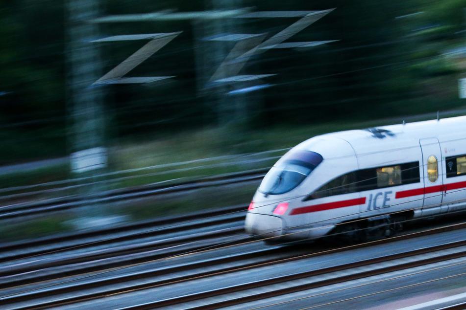 Zug ist mit 160 km/h unterwegs, dann erfasst dieser etwas auf den Gleisen!