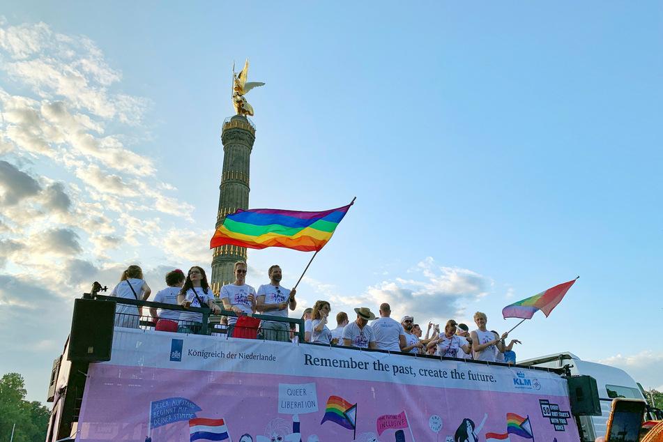 Teilnehmer der CSD-Parade kommen im Juli 2019 mit einem Umzugstruck an der Siegessäule an. Vergangenes Jahr hatte es wegen der Corona-Pandemie nur eine Online-Ausgabe und kleine Demos gegeben. (Archivbild)