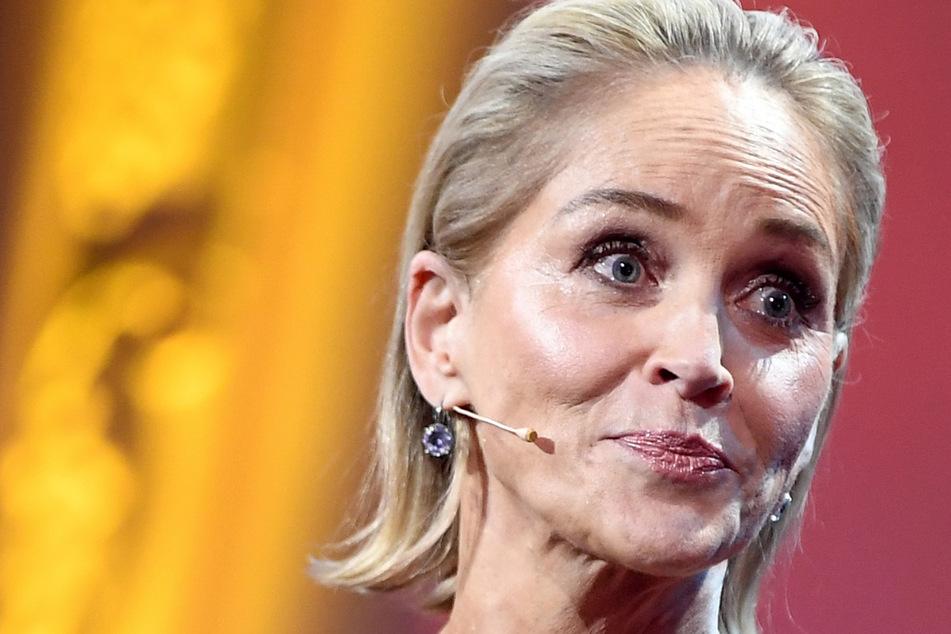 Sharon Stone mit Schock-Enthüllung: Nach Not-OP hatte sie plötzlich größere Brüste!