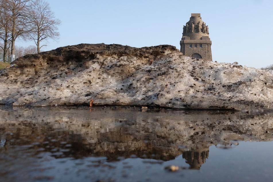 Schneereste liegen vor dem Völkerschlachtdenkmal.