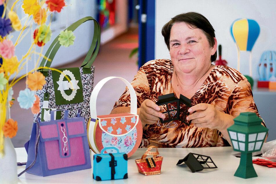 Regina Hauer (65) präsentiert in Olbernhau ihre Handtaschen aus Papier.