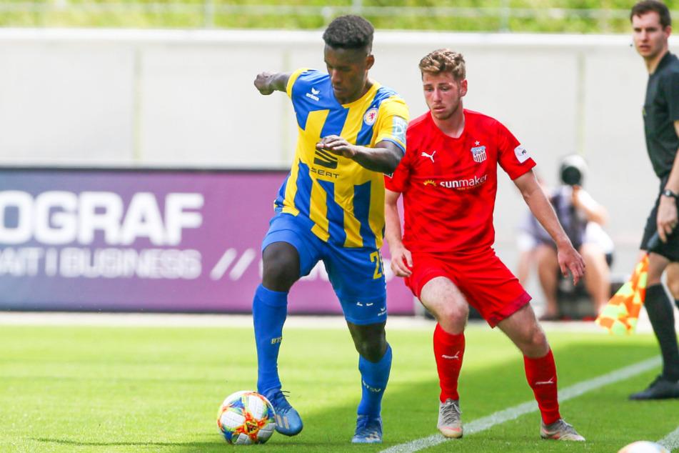 Merveille Biankadi (25, l.) zeigte in der vergangenen Rückrunde starke Leistungen bei Eintracht Braunschweig. Hier schirmt er den Ball im Duell mit Zwickaus Leon Jensen ab.