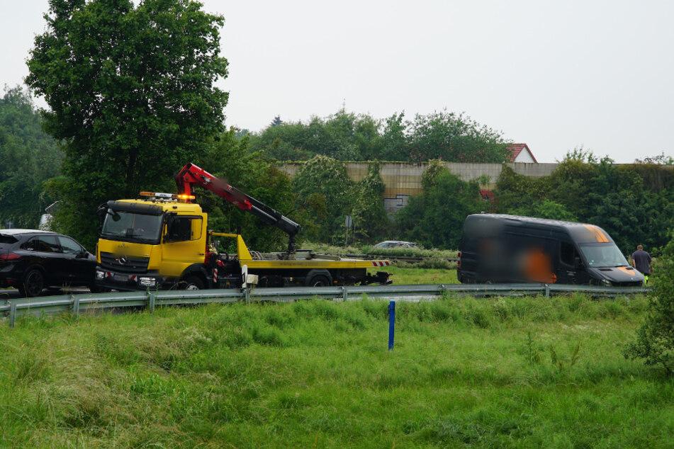 Er rauschte einfach über die Grünfläche: Transporter blockiert Autobahnauffahrt