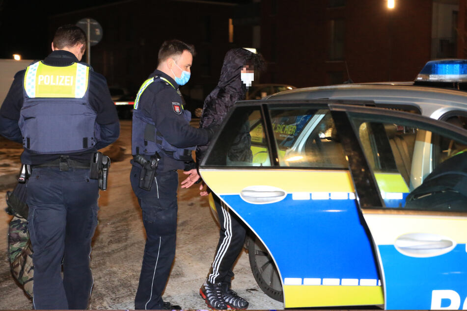 Polizisten bringen den jungen Mann aufs Revier.