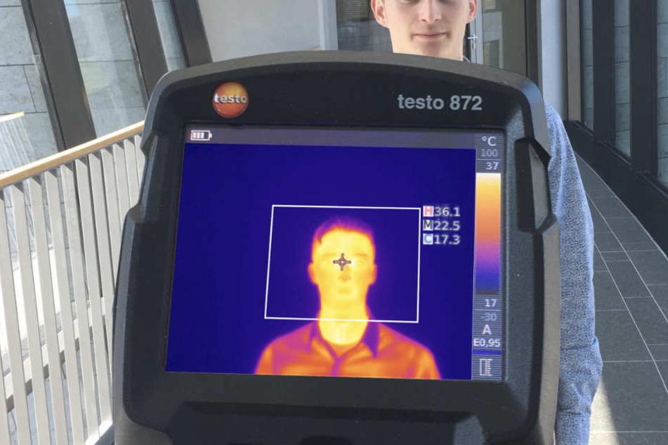 Eine Wärmebildkamera des Herstellers Testo aus Lenzkirch ermittelt die Temperatur einer Testperson. Das Unternehmen verzeichnet im Zuge der Corona-Pandemie eine höhere Nachfrage nach diesen Geräten.