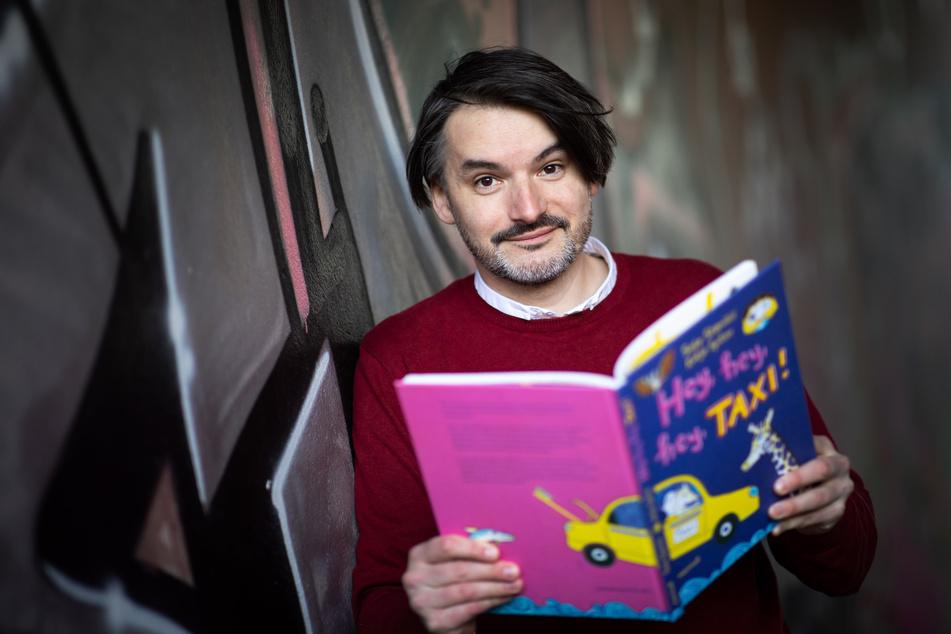 """Der Hamburger Schriftsteller Saša Stanišić (43) zeigt sein neues Kinderbuch """"Hey, hey, hey, Taxi!""""."""