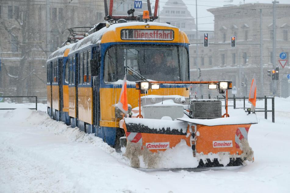 Nur mit Schneepflug ging es: Heftige Schneefälle hatten am Montag den Leipziger Personennahverkehr zum Erliegen gebracht.