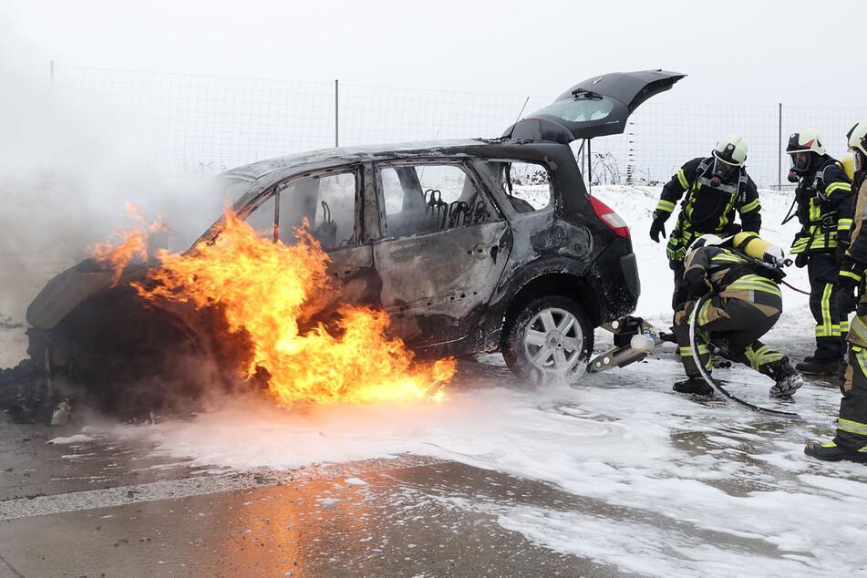 Die Feuerwehrleute konnten den Brand erst unter Kontrolle bringen, als das Auto komplett hinüber war.