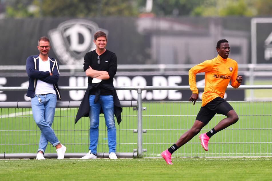 Einer für die SGD? Chefscout Kristian Walter (37, l.) und Sportchef Ralf Becker (50, M.) beobachten Dynamos Probespieler Meissa Diop (18).