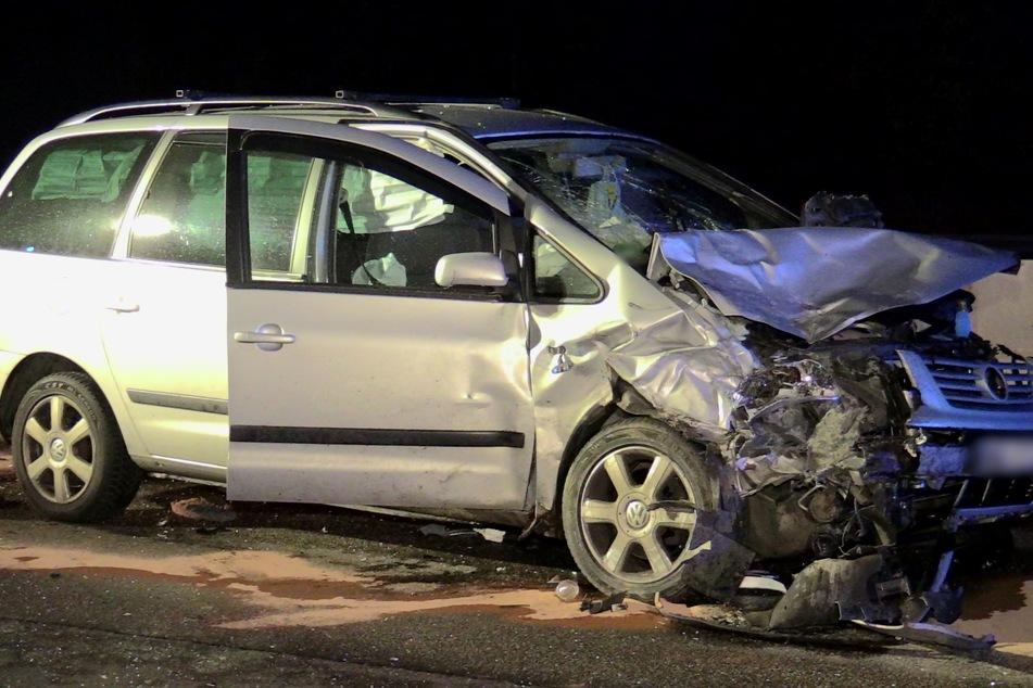 Beide Fahrzeuge wurden bei dem Unfall stark beschädigt.