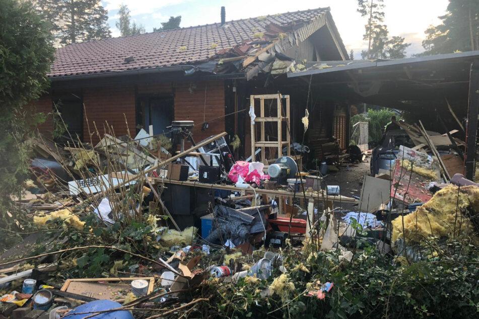 Explosion erschüttert Feriensiedlung: Trümmer begraben Mann