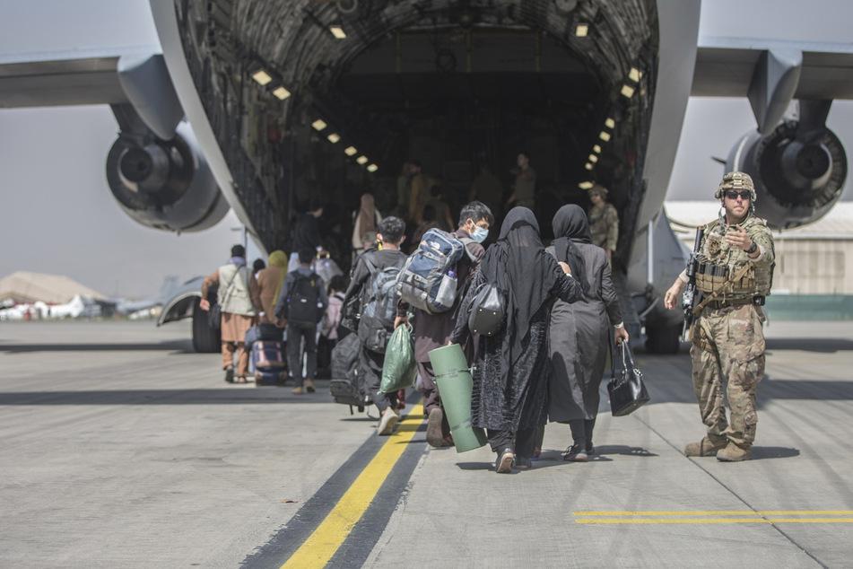 Tausende Menschen warten auf die Rettung aus Afghanistan, nur wenigen gelingt es.