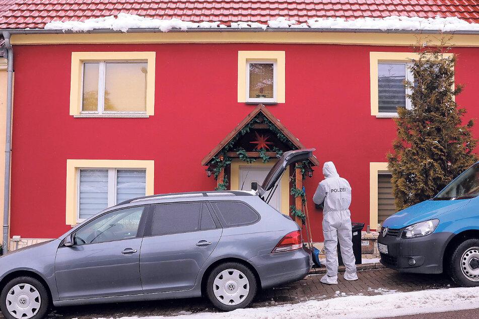In diesem Haus ereignete sich das Drama. Die Polizei sicherte auch am heutigen Dienstag noch Spuren.