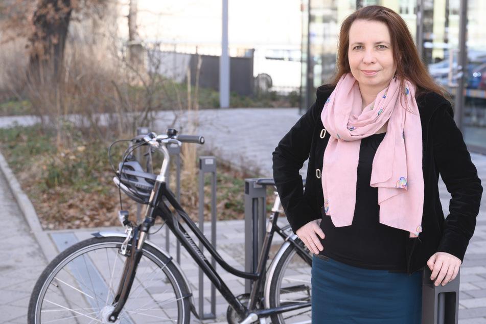 Angela Francke, Verkehrswissenschaftlerin, steht vor ihrem Fahrrad. Am 1. März 2021 übernimmt Francke die erste Professur für Radverkehr in Baden-Württemberg.