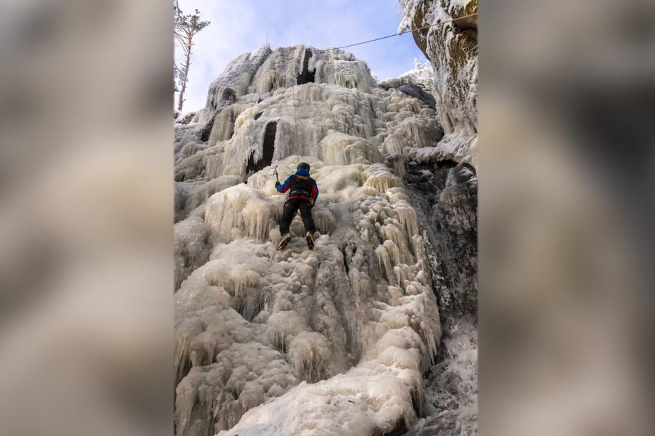 Michael Scholz (51) erklimmt den Blauenthaler Wasserfall.