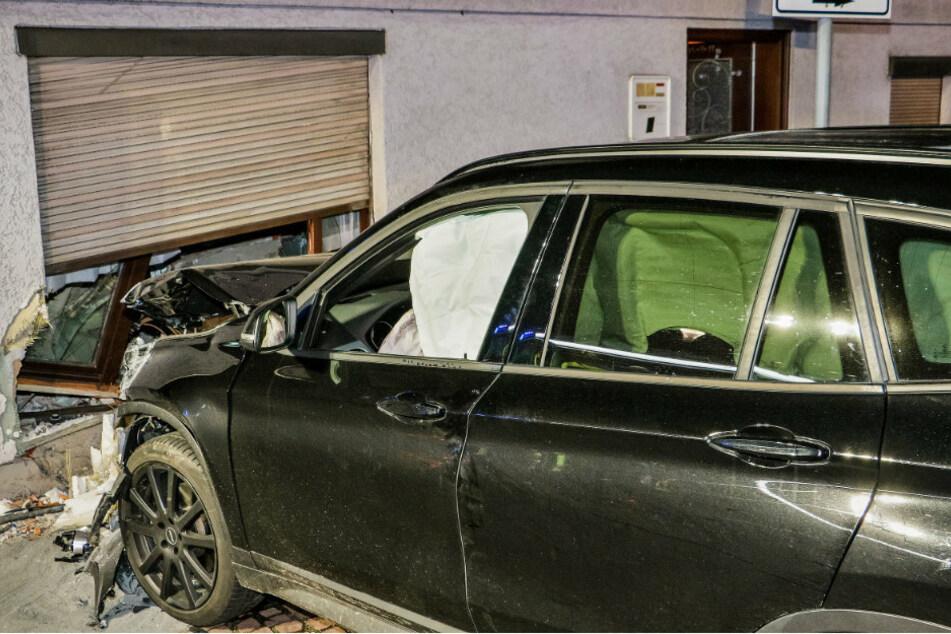 Berlin: Suff-Fahrer steuert Auto gegen Haus und reißt dabei Loch in die Wand, dann wird es noch wirrer