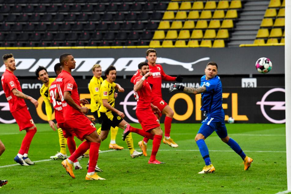 Der Ausgleich! Thomas Delaney (4.v.r.) verlängert den Ball zum 1:1 für den BVB ins lange Eck. FCA-Keeper Rafal Gikiewicz (r.) kann nur noch hinterherschauen.