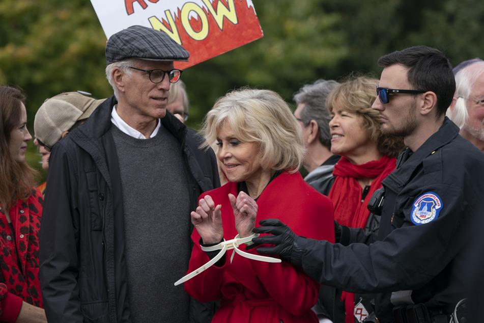 2019: Jane Fonda als Aktivistin mit Ted Danson (l., Schauspieler aus den USA) werden bei einer Demonstration in der Nähe des Kapitols verhaftet, nachdem sie gemeinsam mit anderen Demonstranten eine Straße blockiert haben, um den Kongress dazu aufzurufen gegen den Klimawandel aktiv zu werden.