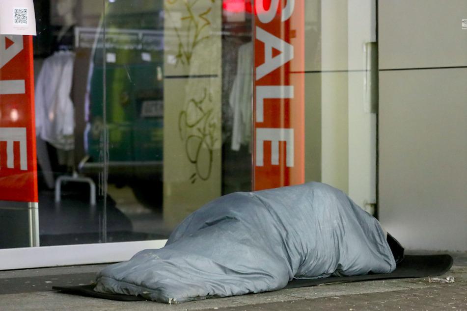 Ein Obdachloser schläft vor einem Geschäft. Trotz lebensgefährlicher Kälte finden viele Betroffene in bestehenden Einrichtungen keinen Platz.